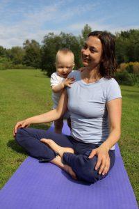 Schneidersitz beim Yoga für Mama & Baby