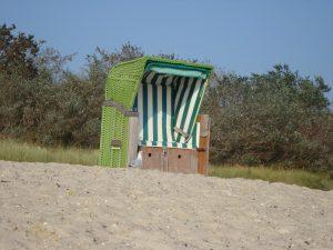 Eine Möwe vor dem Strandkorb