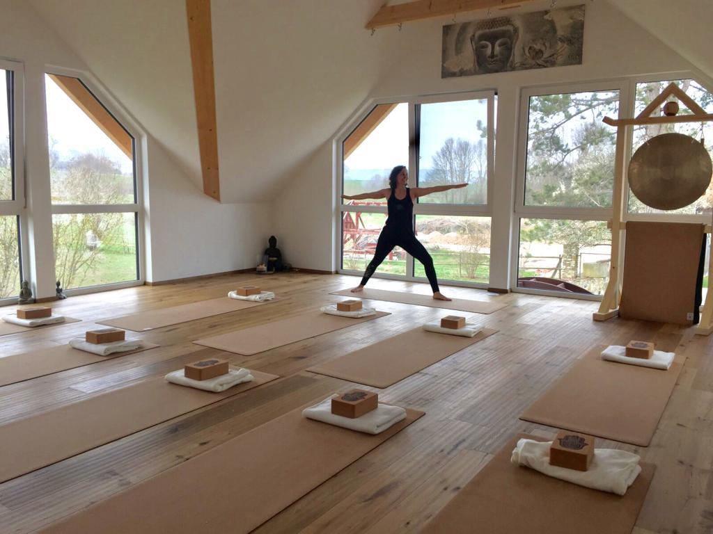 Yogalehrerin Stefanie Weyrauch im Yogaraum von Jordan's Untermühle